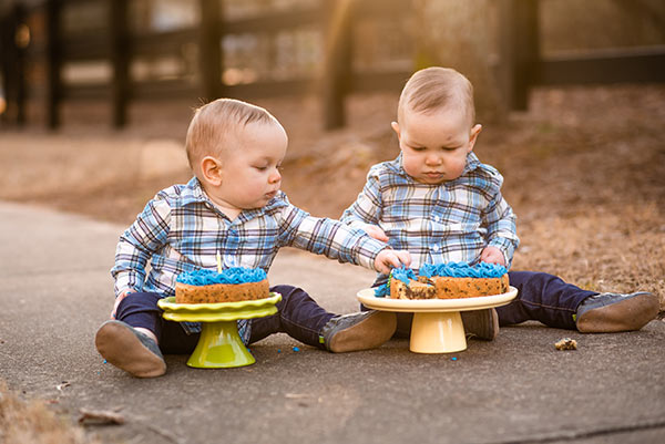 image of twins with smash cakes on cake stands